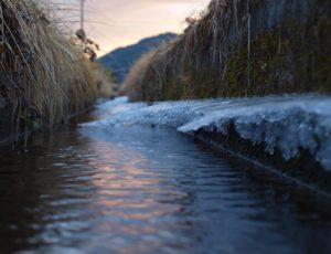 冬の農業用水路